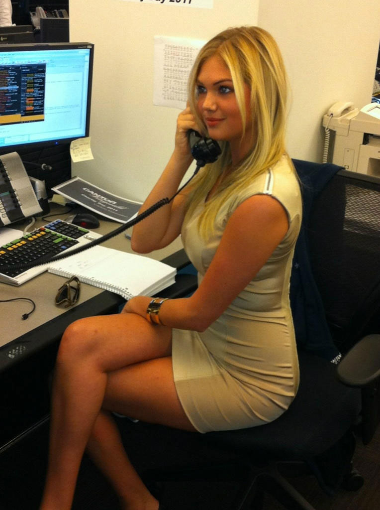 foto-krasivih-devushek-blondinok-v-ofise